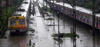 *मुंबई में बारिश का कहर, अंधेरी वेस्ट में रेलवे पुल का एक हिस्सा गिरा, दो लोग घायल*